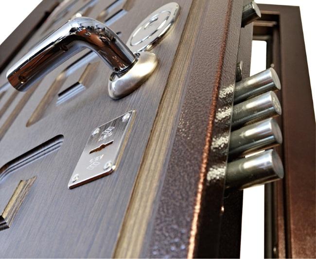 Надежные входные двери из стали для дома и квартиры